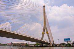 A ponte de Rama VIII sobre Chao Phra Ya River em Banguecoque, Tailândia fotografia de stock royalty free