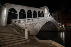 Ponte de Rialto da foto da noite em Veneza, It?lia imagem de stock