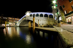 Ponte de Rialto na noite Imagem de Stock Royalty Free