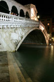 Ponte de Rialto, Veneza na noite Imagem de Stock Royalty Free