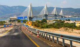"""A ponte de Rio†original """"Antirrio no mar Ionian no Peloponnese em Grécia em um dia ensolarado imagens de stock"""