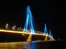 Ponte de Rio Antirio na noite fotografia de stock