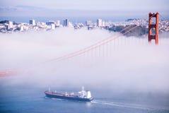 Ponte de San Francisco Golden Gate no dia nevoento l de nivelamento dramático Foto de Stock