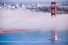 Ponte de San Francisco Golden Gate no dia nevoento l de nivelamento dramático foto de stock royalty free