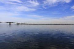 A ponte de Saratov cruza o Rio Volga e conecta Saratov e o comprimento de Engels, Rússia é 2.803 7 medidores Foto de Stock Royalty Free