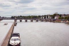 A ponte de Servatius de Saint que mede sobre o rio Meuse fotografia de stock