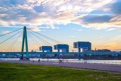Ponte de Severins e marco Crane Houses (no alemão: Kranhaus) situado ao longo de Rhine River na água de Colônia imagens de stock