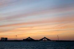 A ponte de Sheikh Salman Causeway, o projeto com os dois vela-como estruturas descreve o mergulho tradicional da pérola de Bahrai imagens de stock