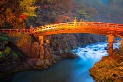 Ponte de Shinkyo durante o outono em Nikko imagens de stock royalty free