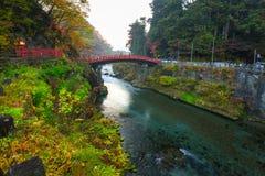 Ponte de Shinkyo durante o outono em Nikko imagens de stock