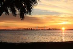 Ponte de Skyway da luz do sol no nascer do sol imagem de stock