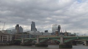 Ponte de Southwark na baixa da cidade de Londres que cruza o Thames River no dia nebuloso vídeos de arquivo
