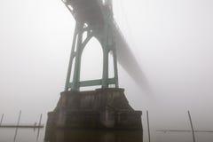 Ponte de St Johns na névoa imagens de stock royalty free