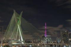 Ponte de Staiada com a torre cor-de-rosa na noite imagens de stock royalty free