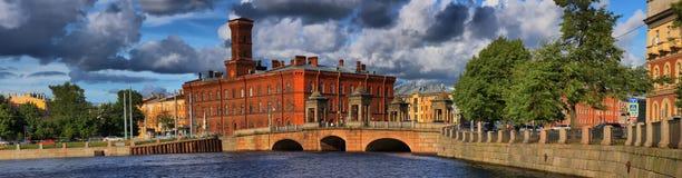 Ponte de Staro-Kalinkin e de rio de Fontanka terraplenagem em St Petersburg fotos de stock royalty free