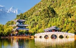 A ponte de Suocui sobre Dragon Pool preto, Lijiang, China foto de stock