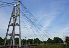 Ponte de suspensão através do rio. Foto de Stock Royalty Free