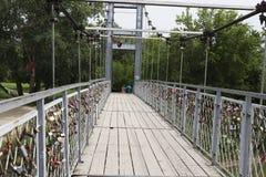 A ponte de suspensão com fechamentos foto de stock