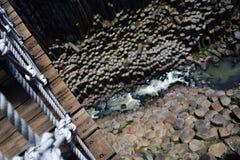 Ponte de suspensão com opinião do rio Imagens de Stock Royalty Free