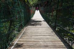 Ponte de suspensão de madeira da selva da corda da aventura Fotografia de Stock Royalty Free