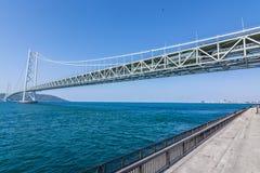 Ponte de suspensão do kaikyo de Akashi com mar azul Japão foto de stock royalty free