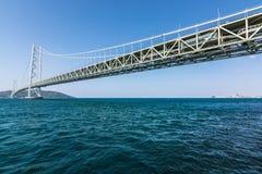 Ponte de suspensão do kaikyo de Akashi com mar azul Japão imagens de stock royalty free