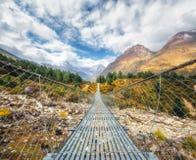 Ponte de suspensão e montanhas Himalaias bonitas Imagem de Stock
