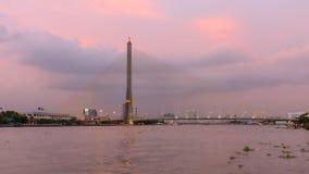 Ponte de suspensão grande no tempo do por do sol/ponte de Rama 8 no tempo do por do sol vídeos de arquivo