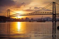 Ponte de suspensão no por do sol Fotografia de Stock Royalty Free