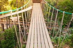 Ponte de suspensão, passagem ao aventuroso fotos de stock