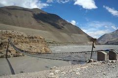 Ponte de suspensão pedestre com asseguração concreta, sobre Kali Gandaki River fotografia de stock