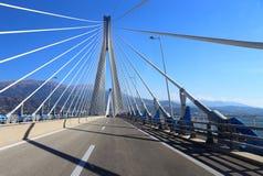 Ponte de suspensão que cruza o passo do golfo de Corinth, Patra, Grécia. Mim Fotos de Stock