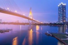 Ponte de suspensão que cruza o rio de Banguecoque no crepúsculo Imagem de Stock Royalty Free