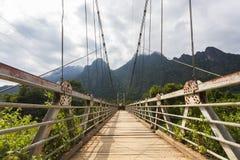 A ponte de suspensão que cruza o rio de Nam Song Foto de Stock Royalty Free