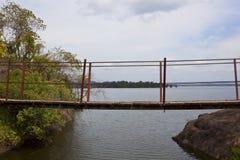 Ponte de suspensão sobre o lago Sorabora em Sri Lanka Imagens de Stock Royalty Free
