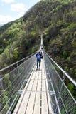 A ponte de suspensão sobre o vale em Semerntina, Suíça fotografia de stock