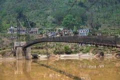 Ponte de suspens?o no meio do rio de Alaknanda, ?ndia fotografia de stock royalty free