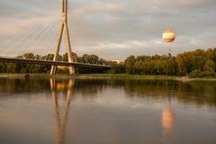 A ponte de Swietokrzyski sobre Vistula River em Varsóvia Fotos de Stock Royalty Free