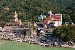 Ponte de Tera Manzil Temple e de Laxman Jhula sobre Ganges River imagens de stock
