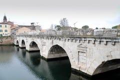 A ponte de Tiberius é uma ponte romana em Rimini, Itália imagem de stock
