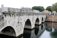 A ponte de Tiberius é uma ponte romana em Rimini, Itália Fotos de Stock