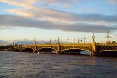 Ponte de Troitskiy em St Petersburg no por do sol Foto de Stock Royalty Free