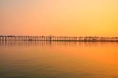 Por do sol na ponte de U Bein, Myanmar Foto de Stock