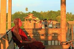 Ponte de U Bein e monge, Myanmar Foto de Stock
