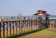 Ponte de U-Bein no lago Taungthaman perto do amarapura fotografia de stock royalty free