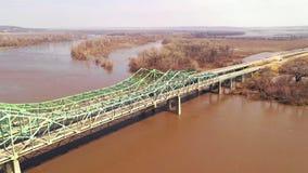 A ponte 680 de um estado a outro sobre o Rio Missouri fechou-se para a limpeza da inundação filme