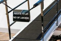 Ponte de um navio luxuoso privado com nenhum si privado do iate da entrada Foto de Stock Royalty Free