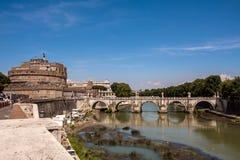 Ponte de Umberto mim e mausoléu Castel Sant Angelo no por do sol foto de stock royalty free