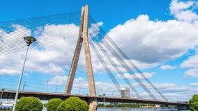 A ponte de Vansu em Riga é a ponte cabo-ficada que cruza o rio do Daugava em Riga, capital de Letónia filme