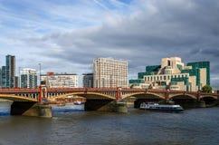 A ponte de Vauxhall e a construção de SIS fotografia de stock